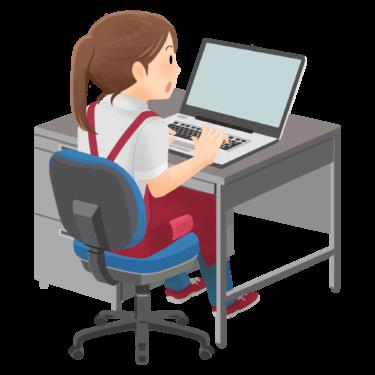 PCを操作する女性店員